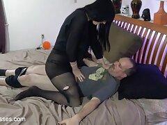 Il ragazzo ha trascinato le giovani prostitute in una varietà vecchie lesbiche video porno di posti per il sesso