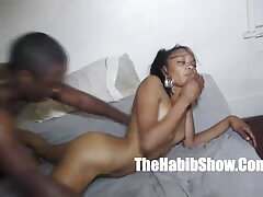 Bruna nudo godendo il videoporno lesvica cazzo