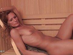 Succhiare il pene di una bruna in lingerie video lesbo romantico di pizzo