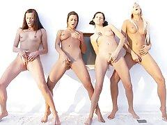 ragazze magro con occhiali video porno lesbiche grasse undressing mostrando seni e carezze lei micio
